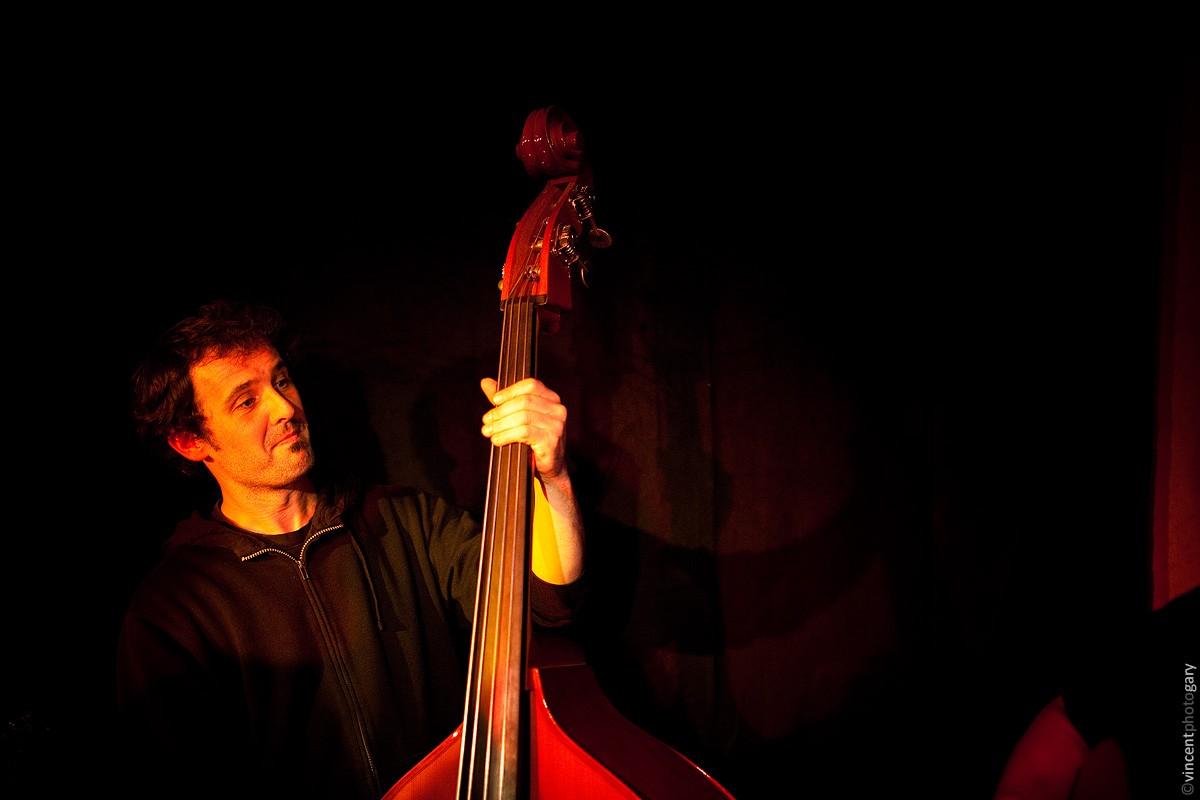 fredk-jamlik-chanteur-picard-contrebasse